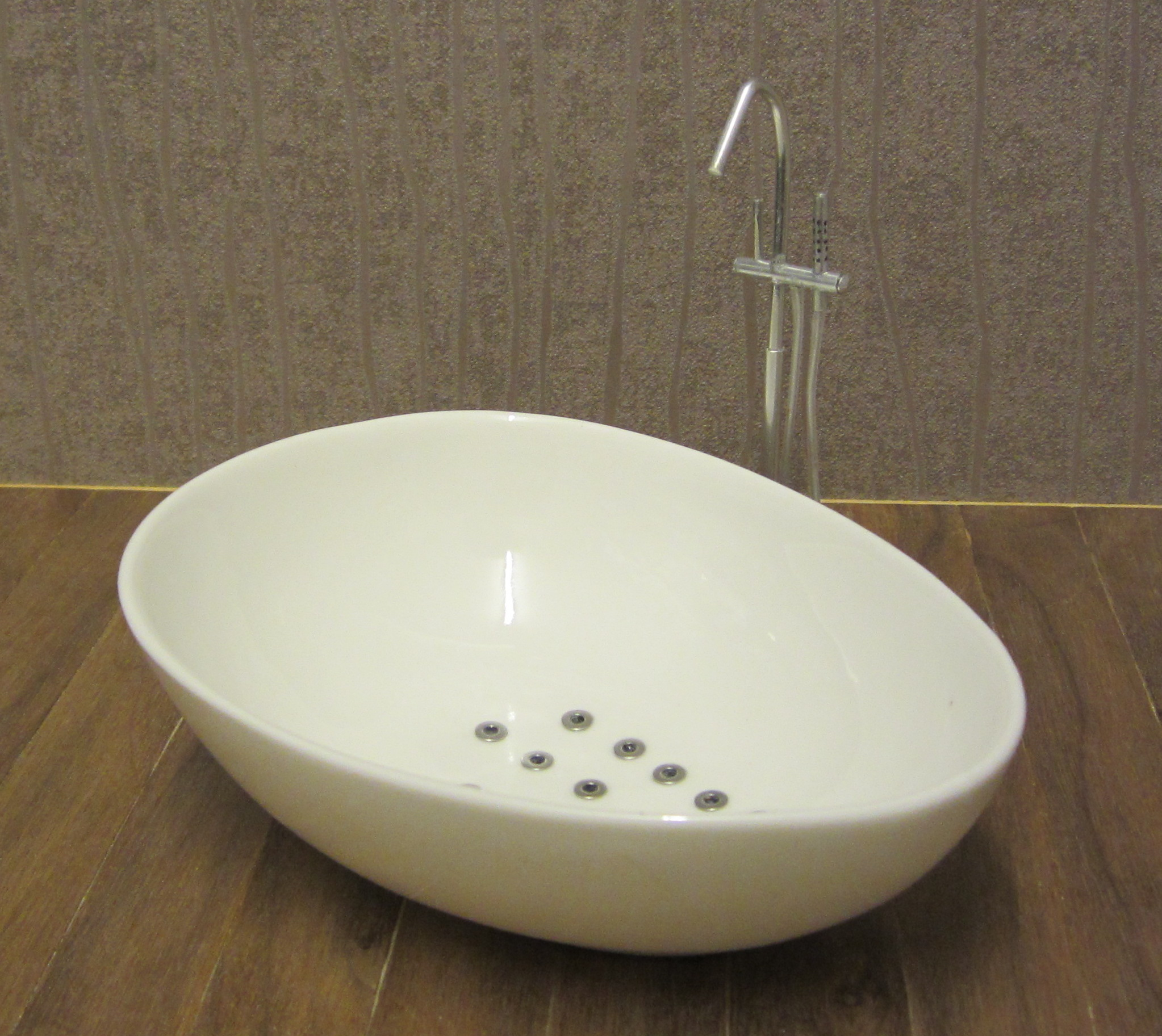 Free-standing oval bath